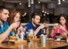 Smartphone vietati al bar per incoraggiare l'interazione sociale vera e far rilassare i clienti