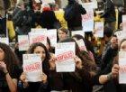 Corteo contro il decreto Salvini a Milano, i manifestanti bruciano finti decreti di espulsione