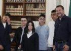 Salvini premia ragazzi eroi bus dirottato, ma copre Rami e fotografi chiedono di spostarsi