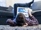 Bimbi davanti agli schermi di TV, computer e smartphone: le «regole» dell'OMS