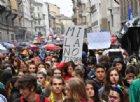 Il corteo antisovranista sfila a Milano contro il comizio di Salvini e Le Pen in Duomo