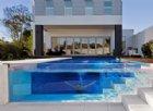 Le piscine trasparenti sono di moda più che mai
