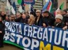 Protesta FdI contro il Mes a Bruxelles, Meloni canta l'inno d'Italia sotto le istituzioni europee