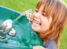 Acqua e bambini: bere aiuta a mantenere la mente elastica