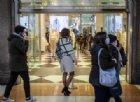 Immagine di repertorio - Persone a spasso per lo shopping