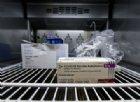 Vaccini AstraZeneca sospesi in 20 paesi europei, indaga l'EMA