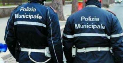 L'uomo è stato bloccato dagli agenti della polizia municipale