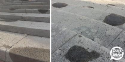 Macchie scure sulla scalinata del Tempio Ossario