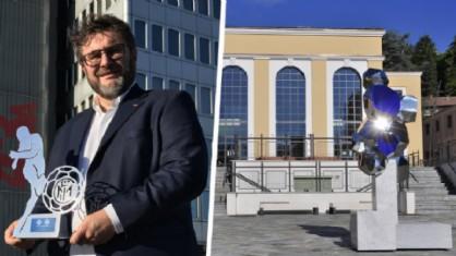Daniele Basso e la sua opera davanti la nuova biblioteca civica, a Biella