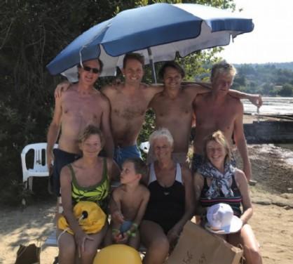 Jaqueline Xhaet è al centro della foto, con figli e nipoti subito dopo la nuotata