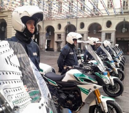 La donna ha tamponato due agenti della polizia municipale in moto