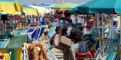 """M5S: """"Far entrare in spiaggia solo i venditori ambulanti in regola"""""""