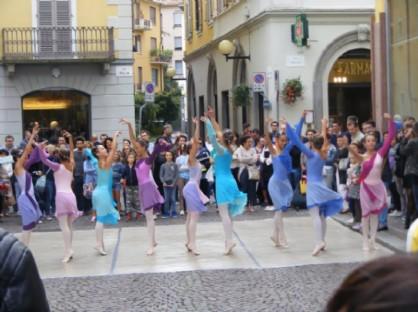 Esibizione di ballerine in centro