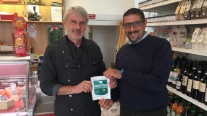 La consegna tra l'assessore al commercio Stefano La Malfa e il titolare di 'L Val Alimentari di Vaglio Giorgio Graziano