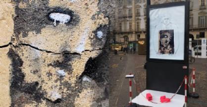 «Ecce homo», l'ultima opera di Marco Abrate, in arte Rebor, apparsa in piazza Castello