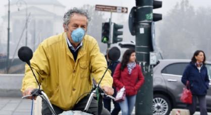 In bici con la mascherina per lo smog
