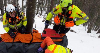 Cade mentre scala una cascata di ghiaccio: 43enne ferito in modo grave