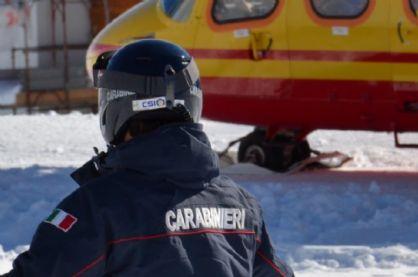Sciatore muore in montagna, carabinieri sul posto (immagine d'archivio)