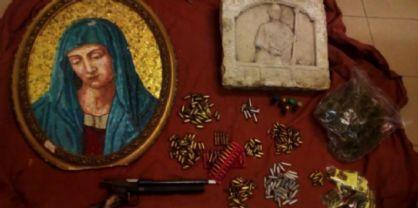 Cartucce, una pistola, droga, reperti archeologici scoperti nella casa di un udinese