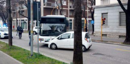 Scontro frontale tra un autobus di linea e un'auto