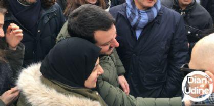 Ragazza con il velo si avvicina a Salvini: prima la perquisizione, poi il selfie