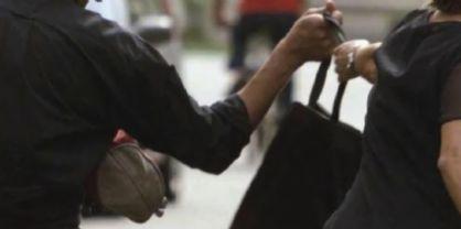 Ruba la borsetta dalla bici di una donna: 18enne denunciato