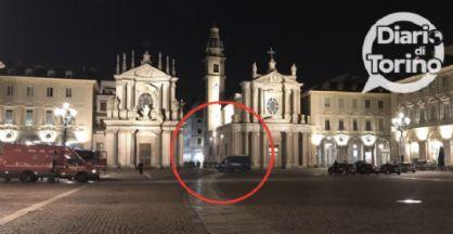 Piazza San Carlo isolata e artificieri in azione