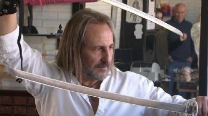 Il parrucchiere spagnolo che usa una spada samurai e una torcia