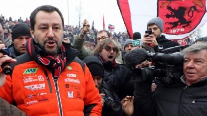 Matteo Salvini con la sciarpa del Milan