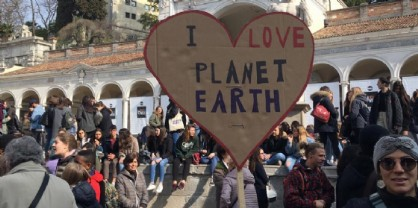 Piazza Libertà, la manifestazione degli studenti contro il cambiamento climatico