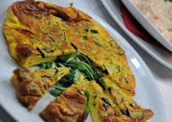 Un'appetitosa quiche di zucchine dalla vasta scelta del buffet di pranzo