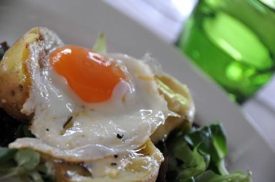 La patata bollente, farcita di uovo, tartufo e del Maccagno presidio Slow Food