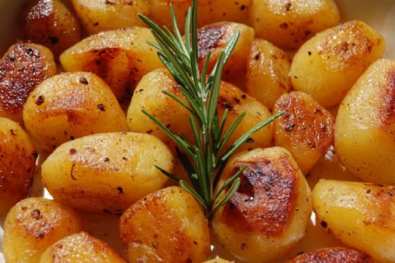 Il contorno ideale : le patate al forno profumate di rosmarino