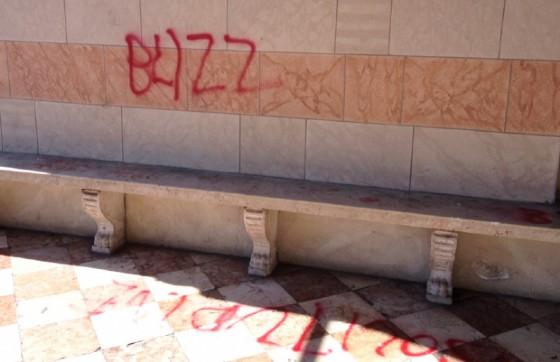 Le scritte apparse sotto il colonnato di piazza Libertà