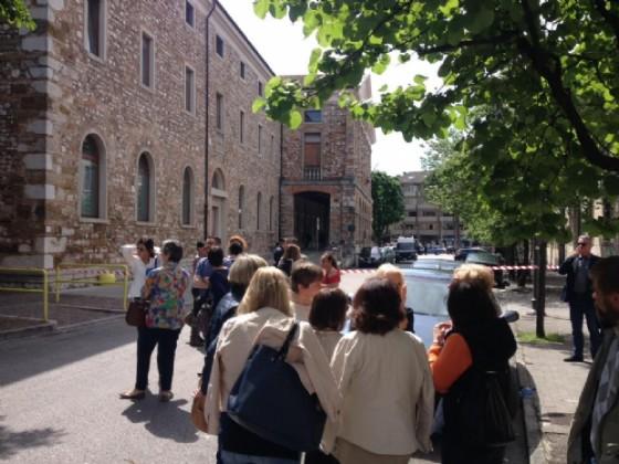 Gli avvocati in attesa fuori dall'edificio di Largo Ospedale Vecchio