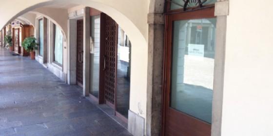 Moria di negozi in questa parte di via Vittorio Veneto