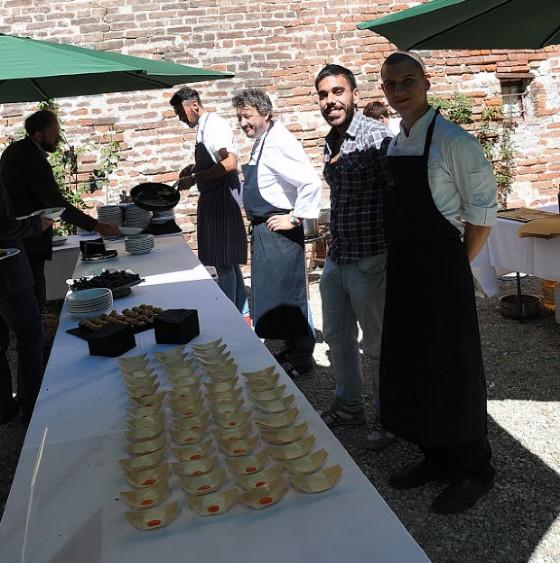 L'equipe guidata Flavio Costa si prepara a friggere acciughe liguri ed a saltare i raviolini al sugo d'arrosto di Davide Palluda, direttore artistico