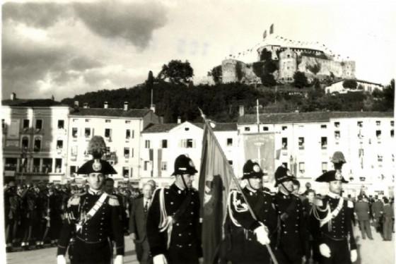 Picchetto d'onore al gonfalone della città di Gorizia, insignito della medaglia d'oro al valor militare: era il 1949