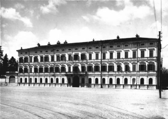 Il palazzo del Comando di Divisione, in piazza Battisti, in una foto degli anni Trenta