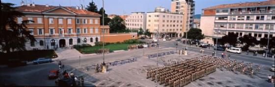 Alzabandiera in piazza Vittoria per la festa della Repubblica, negli anni Ottanta