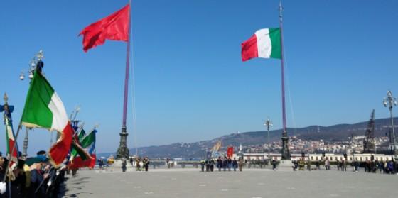 L'alzabandiera in piazza Unità