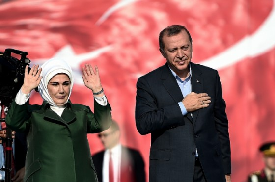 Turkish President Recep Tayyip Erdogan (R) and his wife Emine Erdogan (L) greet supporters during an «anti-terorrism» rally in Istanbul on September 20, 2015 (AFP Photo/Ozan Kose)