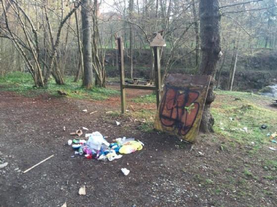 L'area attrezzata del Gorgomoro vandalizzata (© Diario di Biella)