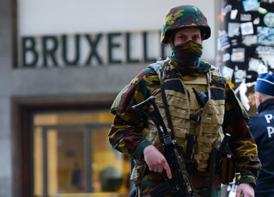 A Belgian soldier patrols outside Brussels Central Station following attacks in Brussels on March 22, 2016 in the city's airport and a metro (AFP Photo/Emmanuel Dunand)