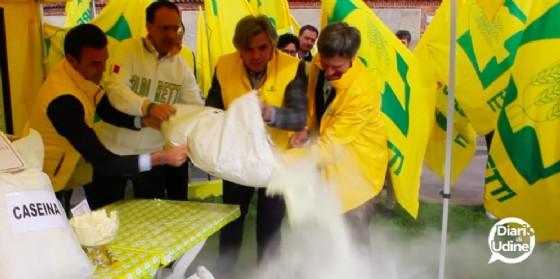 Il momento in cui Coldiretti getta a terra il latte in polvere (© Diario di Udine)