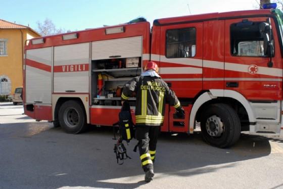 Un vigile del fuoco all'opera (© Diario di Udine)