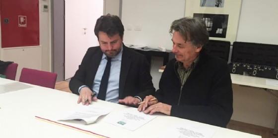 La firma di adesione all'Associazione Città Alpine dell'anno col presidente Billet (© Diario di Udine)