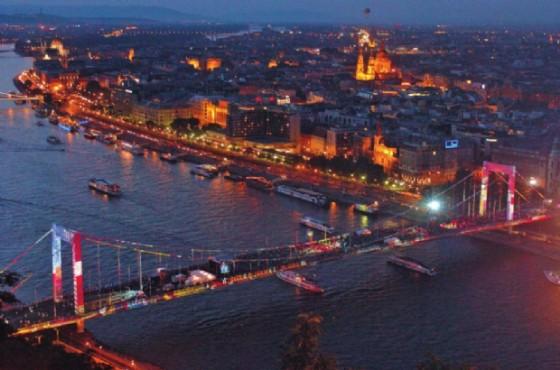 Ponte Elisabetta che unisce Pest (qui a destra) a Buda (qui a sinistra)