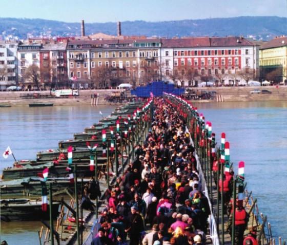 Ponte dell'Europa, ponte di barche provvisorio realizzato il 15 marzo 2003 alla vigilia dell'ingresso dell'Ungheria nell'UE