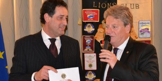 La consegna dell'assegno da parte del Lions (© Lions Udine)